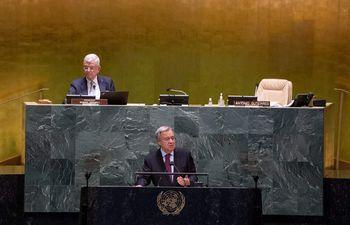 El secretario general de la ONU, António Guterres (abajo), volvió a exigir este viernes un alto el fuego inmediato a israelíes y palestinos.