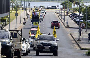 En caravana, docentes de la FEP se dirigieron desde la Costanera hasta la sede del MEC, en el centro.