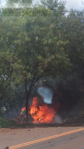 Fotografía que ilustra cuando el vehículo ardía en llamas tras el choque y vuelco.