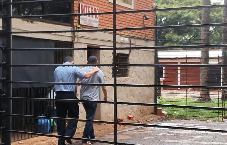 El comisario Alcides Velazquez (d) siendo llevado al calabozo de la Dirección de Policía del Alto Paraná.