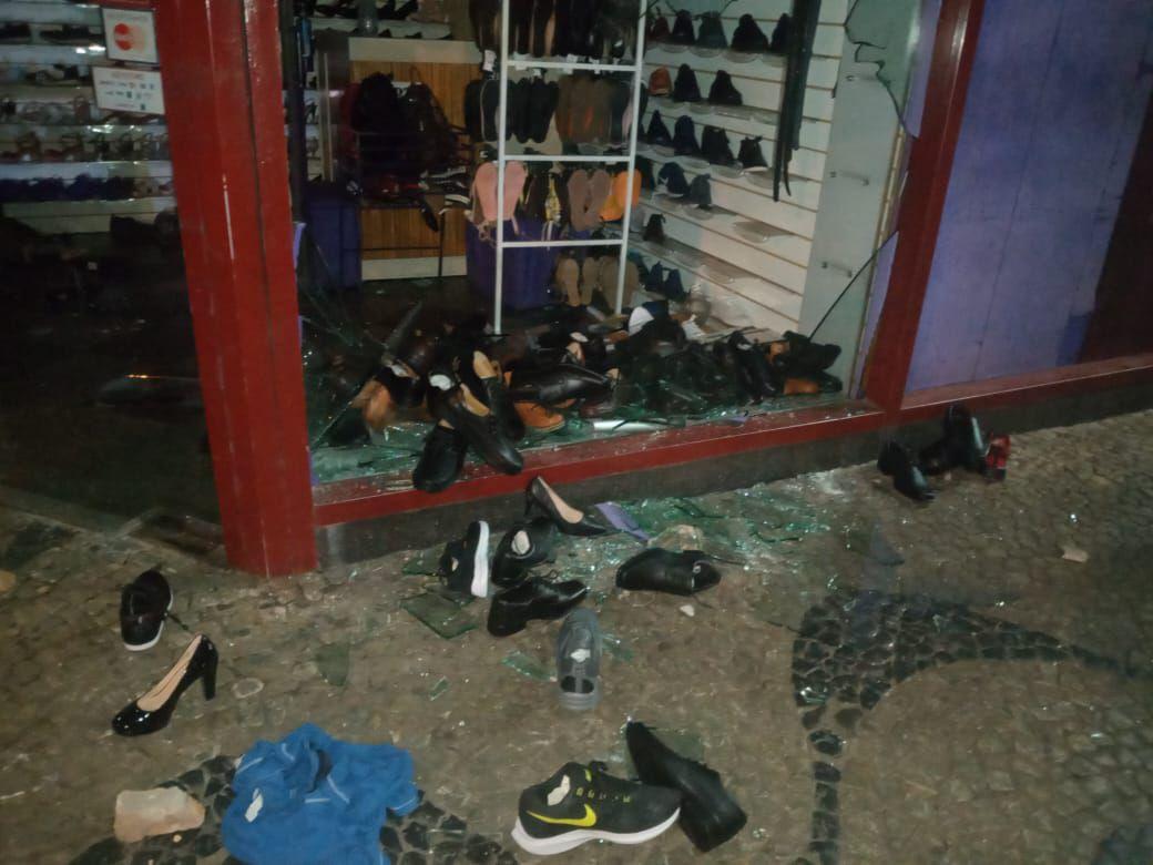 Destrozos a una zapatería que fue saqueada por avivados tras protestas.