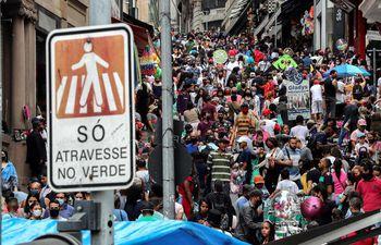 Peatones deambulan por Sao Paulo, Brasil, este sábado 10 de octubre.
