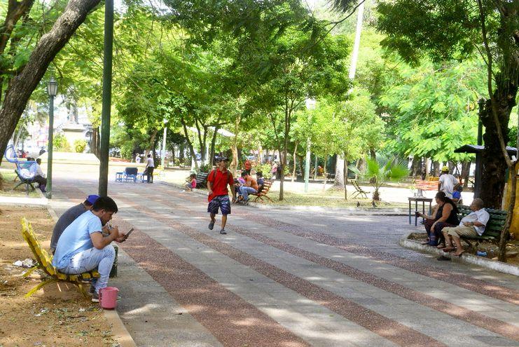 Se anunció la clausura de plazas, pero ayer había gente en la Plaza Uruguaya. Médicos recomiendan tomar distancia.