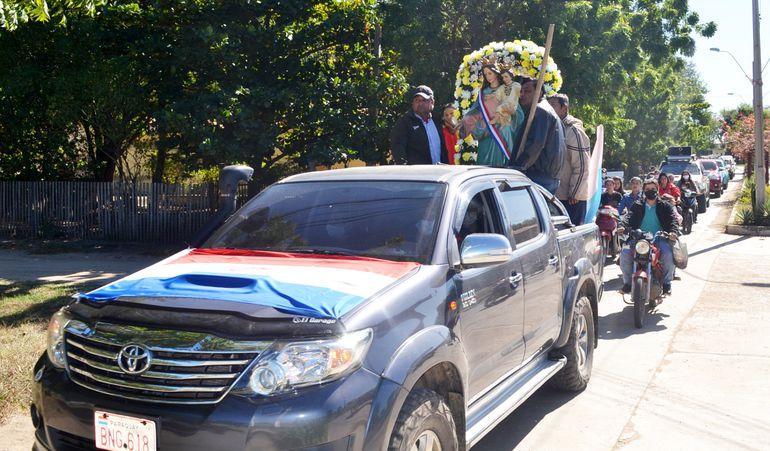 Caravana realizada por las principales calles del distrito de Fuerte Olimpo con escasa participación de fieles.