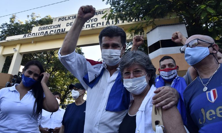 El presidente del PLRA, Efraín Alegre, abandona la prisión rodeado de familiares y seguidores. Pidió oraciones para el diputado Robert Acevedo, aquejado del covid-19.