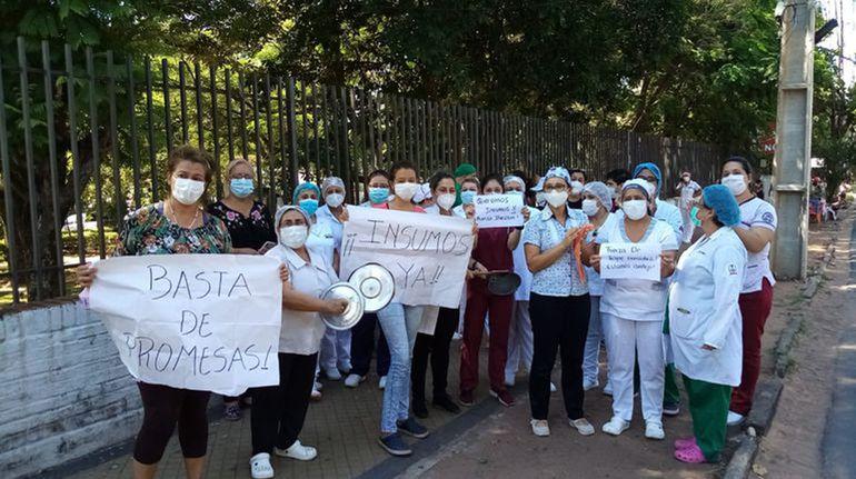 Familiares de pacientes en terapia y personal de salud del Ineram protestaron ayer por la falta de fármacos e insumos básicos.
