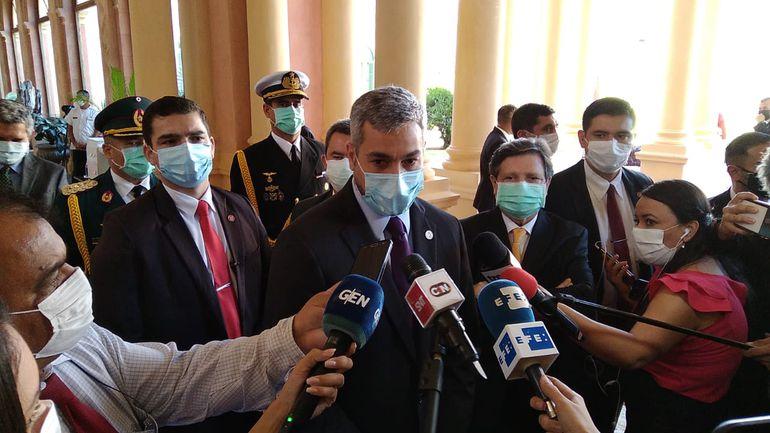Mario Abdo Benítez, conversando con la prensa esta mañana en el Palacio.