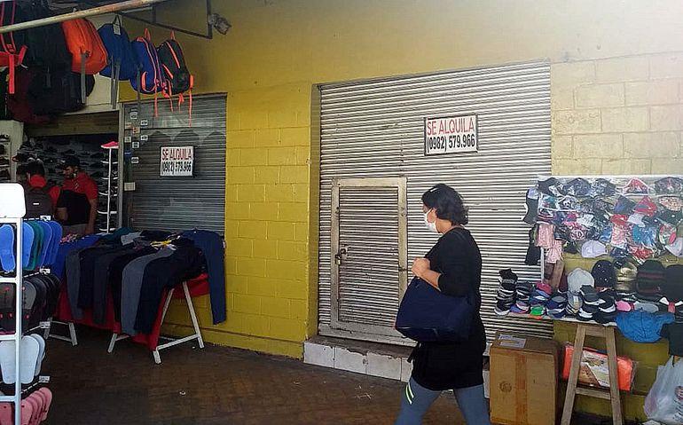 En San Lorenzo, así como en otras ciudades, numerosos comercios siguen cerrados, ante la crisis socioeconómica.