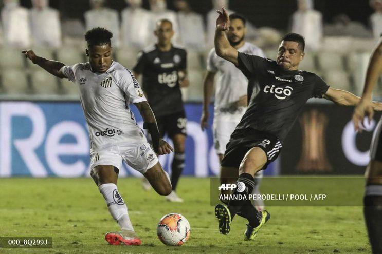 Marinho intenta un remate al arco ante la marca de Rodrigo Rojas que se fue expulsado.
