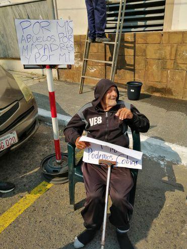 Inocencio Cabrera (95) acampa frente a la Dirección de Jubilaciones y Pensiones del Ministerio de Hacienda en reclamo de pensión alimentaria.