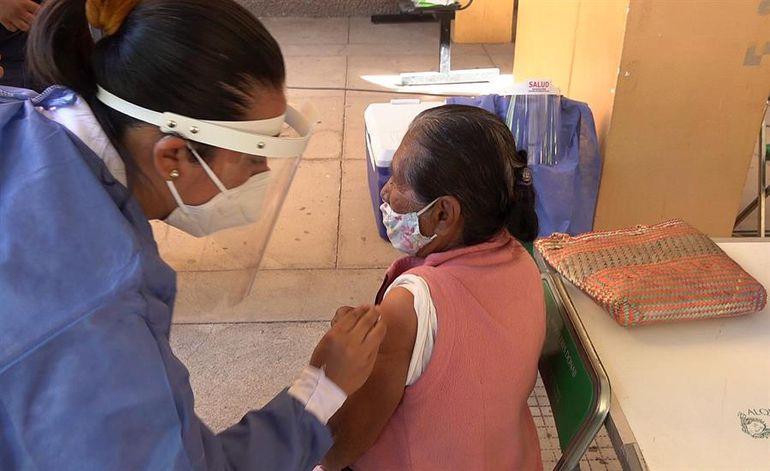 Una adulta mayor recibe la vacuna contra el COVID-19 en México. (Imagen ilustrativa).