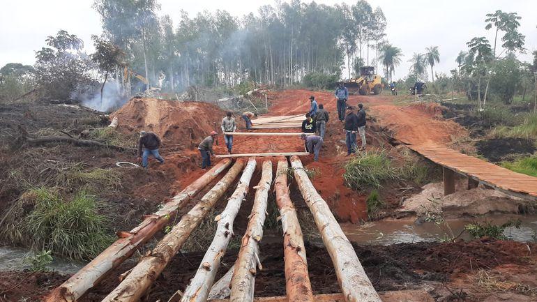 Pobladores de Tacuatí construyen puente provisorio para salir del aislamiento.