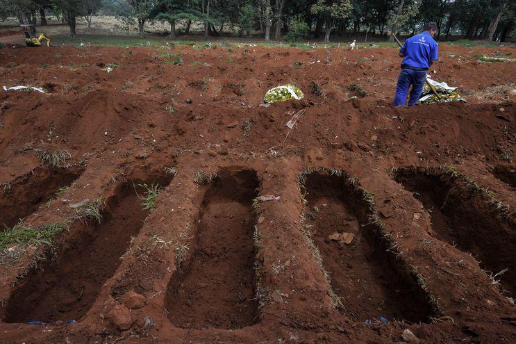 Un empleado es visto en el cementerio de Vila Formosa, en las afueras de Sao Paulo, Brasil, el 20 de mayo de 2020, en medio de la Un empleado es visto en el cementerio de Vila Formosa, en las afueras de Sao Paulo, Brasil, el 20 de mayo de 2020, en medio de la pandemia de coronavirus. nueva pandemia de coronavirus.