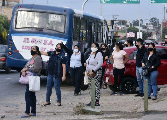"""Hace semanas que los usuarios sufren """"reguladas"""" y aglomeración en los buses, en contra de las disposiciones sanitarias."""