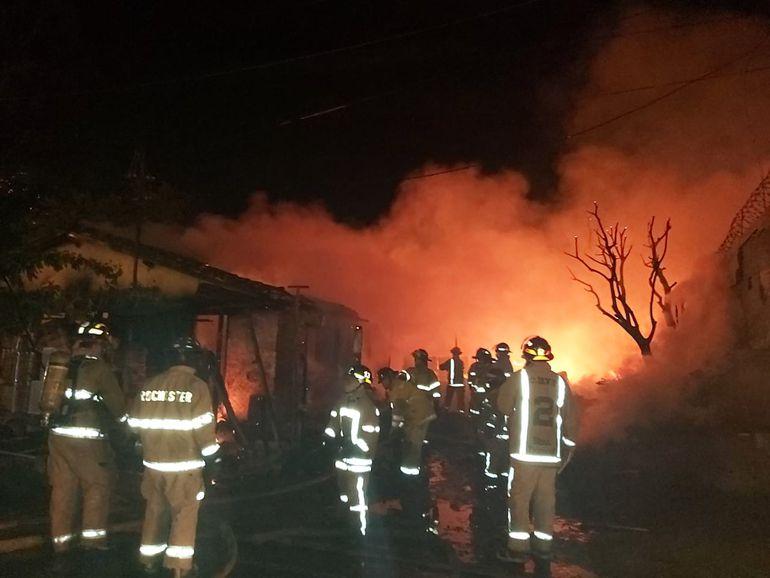 Una carpintería, ubicada sobre Madame Lynch y Facundo Machaín, ardió en llamas y el fuego se extendió.