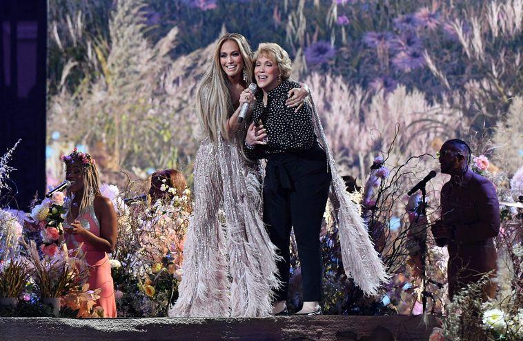 """La cantante norteamericana Jennifer López actúa en el escenario con su madre Guadalupe Rodríguez, durante la grabación del evento de recaudación de fondos """"Vax Live""""."""