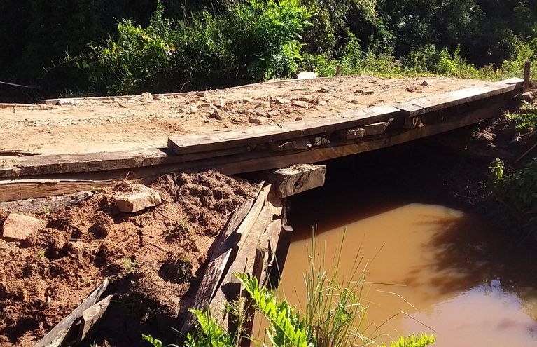 Puente construido por los pobladores de la zona está a punto de  derrumbarse.