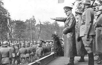 Adolf Hitler, líder de la Alemania nazi, saluda a sus tropas durante un desfile en Varsovia, Polonia, tras la rendición de la ciudad, el 5 de octubre de 1939.