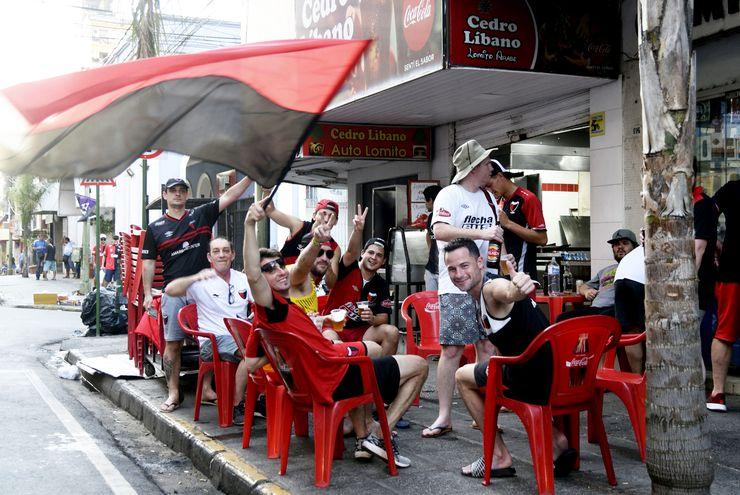 Los puestos de comida rápida sobre las calles  Palma y Estrella reportaron ayer una buena cantidad de ventas. Con el calor, la cerveza fue la bebida más solicitada por los turistas.