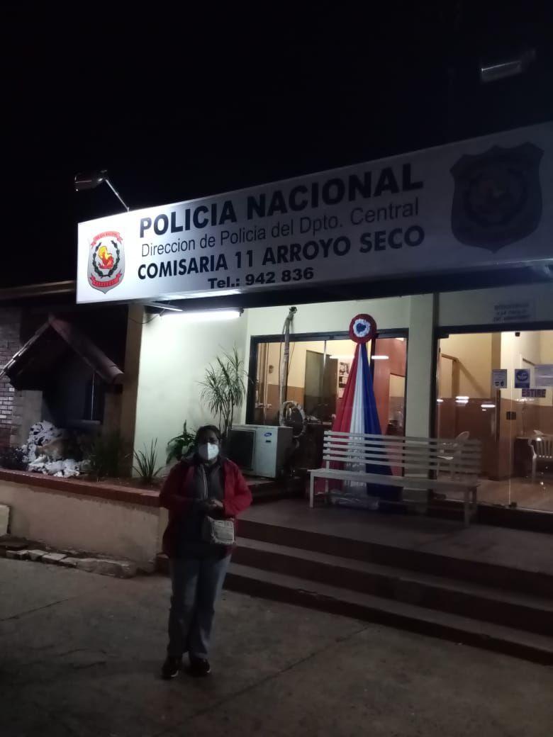 Gladys Margarita Villalba frente a la Comisaría 11 Central de Arroyo Seco, tras realizar su denuncia por la muerte por presunta mala praxis de su hijo Ramiro Adrián Villalba. (33)