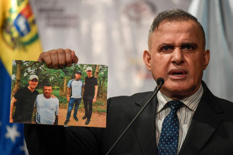 El fiscal general de Venezuela, Tarek Saab, muestra las imágenes de Juan Guaidó con presuntos miembros del grupo criminal colombiano Los Rastrojos.