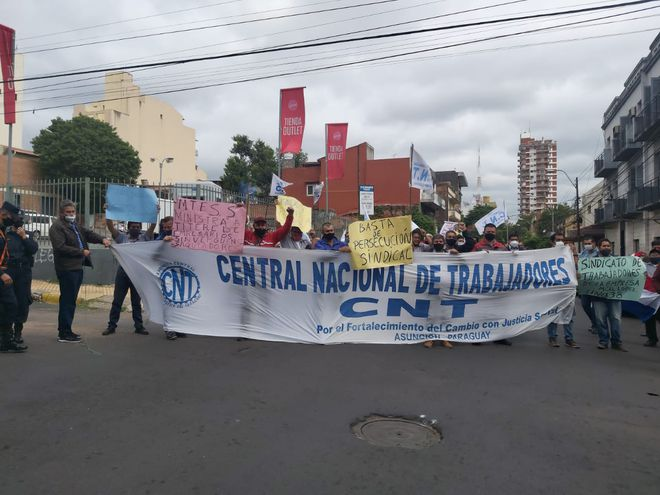 Choferes bloquean la calle Luis Alberto Herrera, frente al Ministerio de Trabajo.