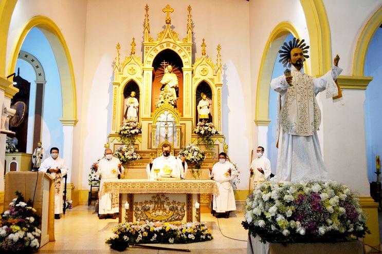 Monseñor Pedro Collar Noguera y sacerdotes del clero misionero durante la misa central en honor de San Ignacio de Loyola.