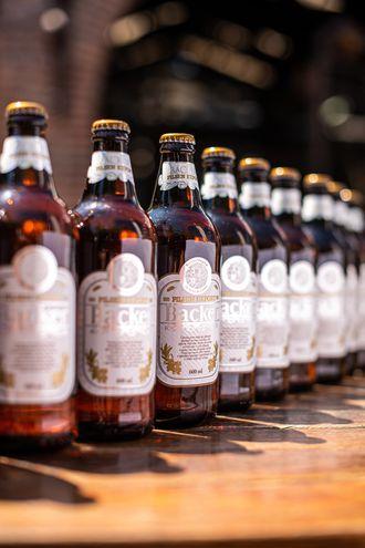 El Gobierno brasileño informó este jueves que al menos ocho de las marcas fabricadas por la cervecera Backer están contaminadas con las toxinas a las que se le atribuyen cuatro muertes y 18 intoxicaciones ocurridas en las últimas semanas en Brasil.