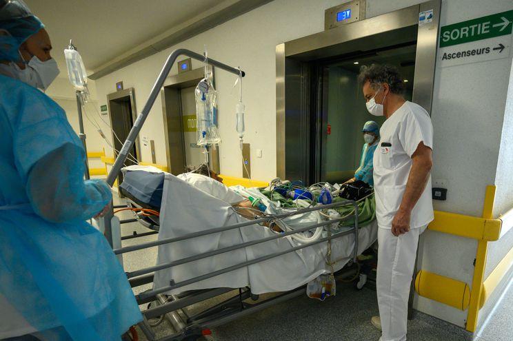 Enfermeros de la Unidad de Terapia Intensiva del Centro Hospitalario Universitario de Pointe-a-Pitre, Guadeloupe cuidan a pacientes con Covid-19.