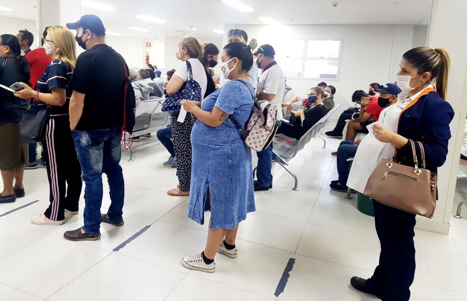 Embarazadas, pese a su condición formaban fila paradas desde temprano, ayer, en el Hospital central del IPS. Era con intención de sacar un turno para acceder a una consulta médica.