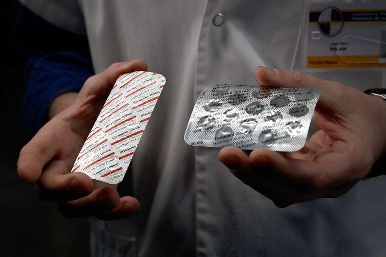 Blísters de cápsulas de cloroquina son exhibidos por médicos del Instituto Mediterráneo de Infecciones, en Francia.