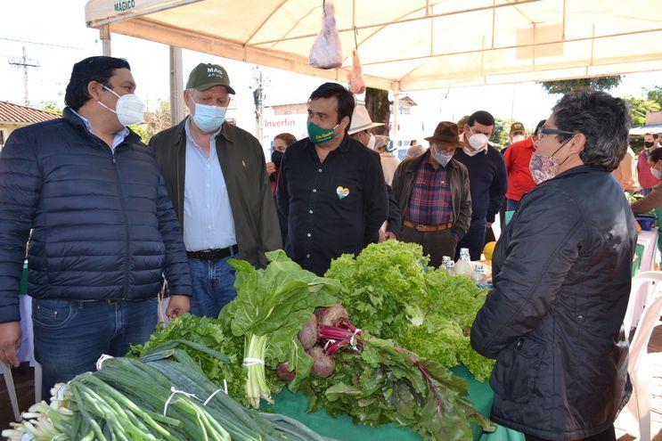 El ministro Moisés Bertoni visitó la feria agrícola y hortigranjera que tuvo lugar en la plaza Boquerón de San Juan Bautista, Misiones.