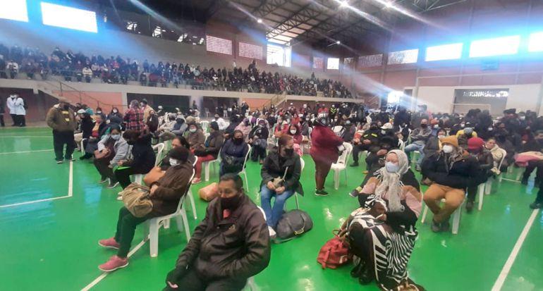 Decenas de personas concurrieron ayer al vacunatorio habilitado en    la Gobernación del Alto Paraná,  en Ciudad del Este.