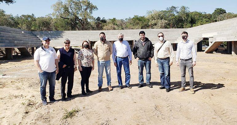 Autoridades comunales y de la Federación Paraguaya de Fútbol de Salón visitaron ayer las obras del polideportivo municipal de la ciudad de San Bernardino.