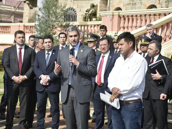 El Presidente Mario Abdo tras reunirse en el Palacio de Gobierno con los representantes de calzados nacionales.