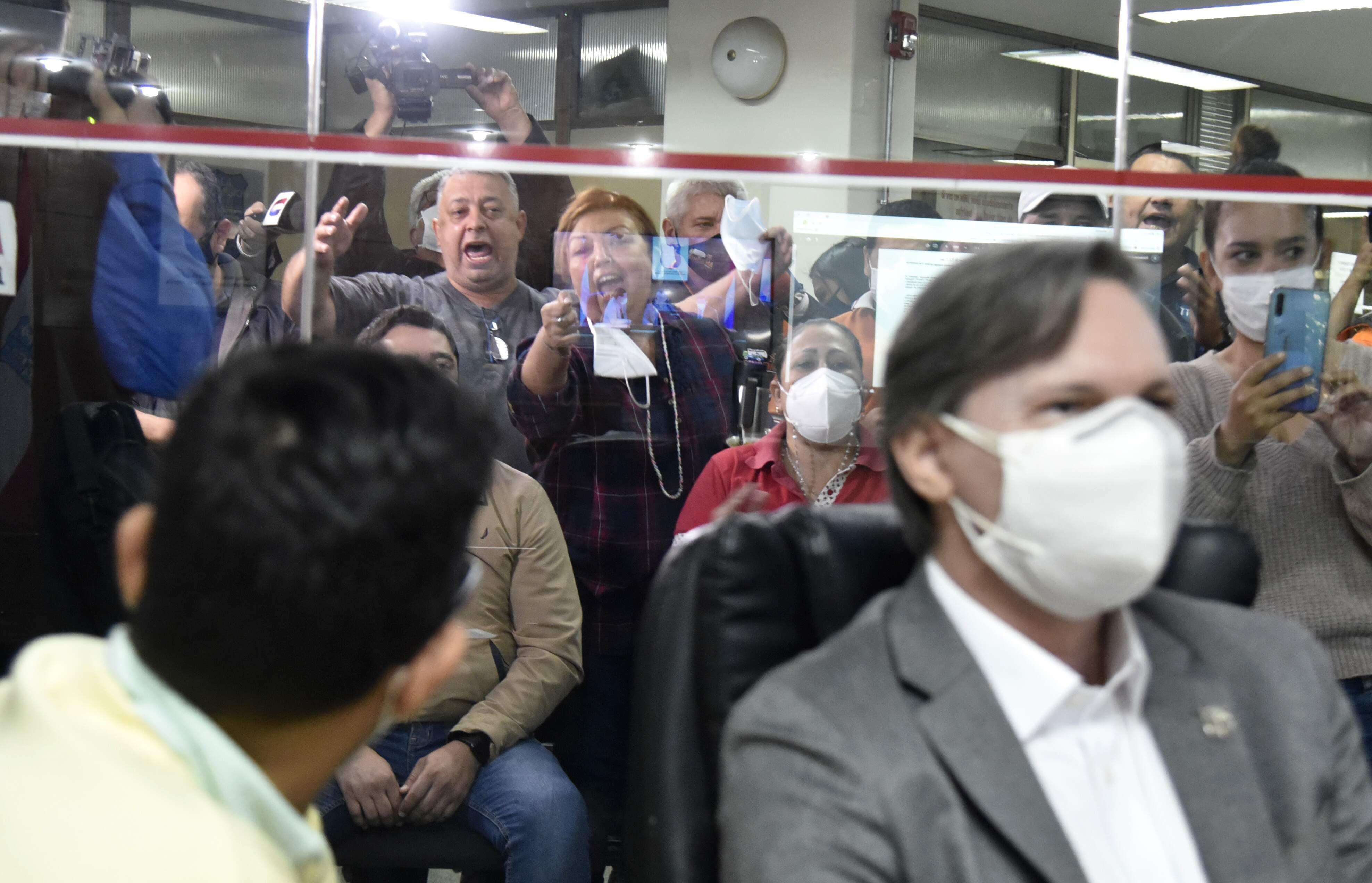 Funcionarios decidieron gritar y agredir a concejales. En la foto, el concejal Federico Franco los ignora y Rodrigo Buongermini los observa, ambos del movimiento Juntos Podemos.
