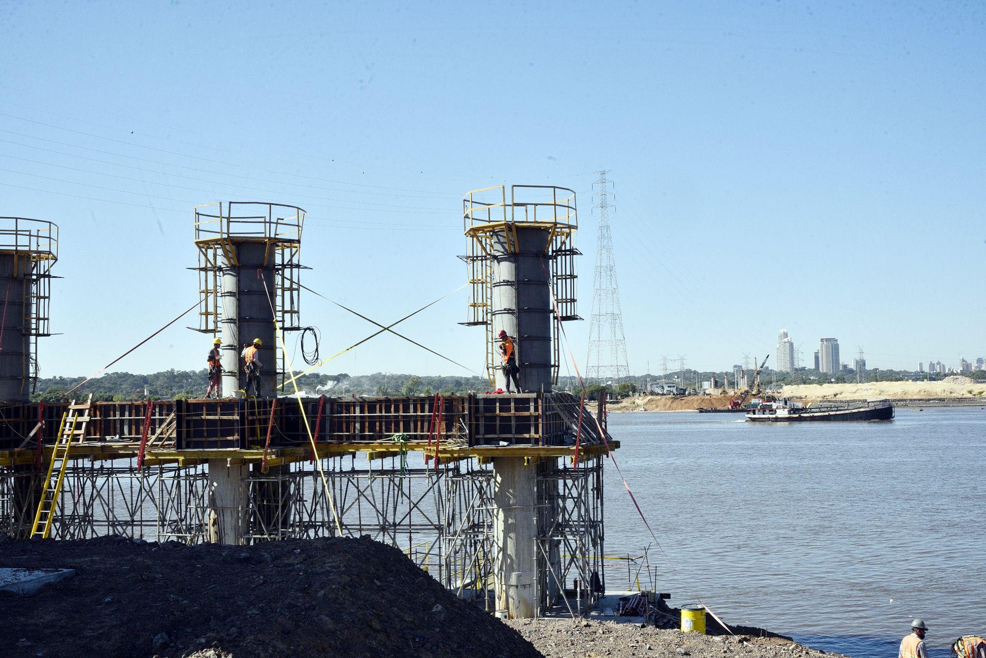 Vista de Asunción desde la zona de obras, donde el puente se conectará con la Costanera Norte.