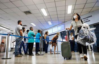 La gente que ingrese al país deberá someterse a un aislamiento de cinco días desde hoy.
