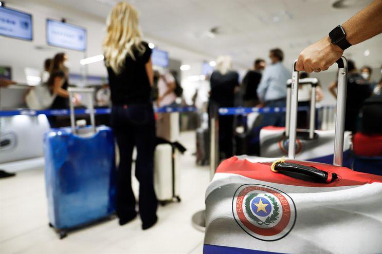 Paraguayos y residentes extranjeros viajan hacia los Estados Unidos para vacunarse contra el COVID-19 debido al deficiente plan de inmunización de nuestro país.