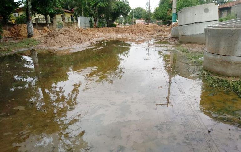 Así se ve una de las calles del barrio sanlorenzano, totalmente tomada por las aguas negras, que despiden un fétido olor.