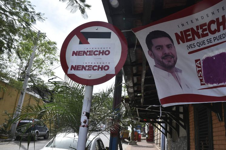 Pegatina de Nenecho en cartel de prohibido estacionar.