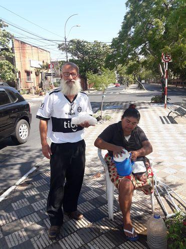 Florencia Vargas y Francisco Moreno, quedaron varados en Asunción sin posibilidad ni recursos para volver a su casa en Encarnación.