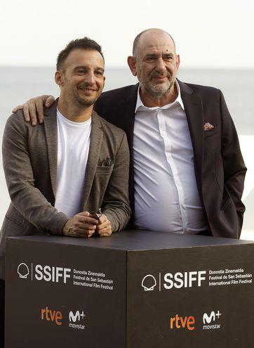 """El director de cine Alejandro Amenábar (i), posa junto al actor de su película """"Mientras dure la guerra"""", Karra Elejalde, en el marco del 67 Festival de San Sebastián."""
