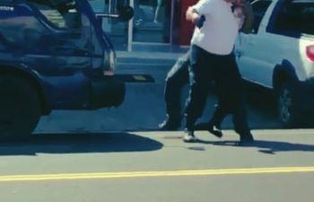 El agente de tránsito fue brutalmente golpeado por el ofuscado conductor.