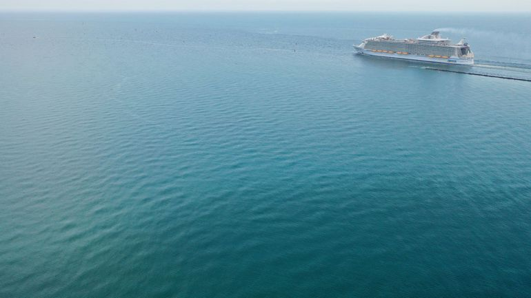 Vista aérea de un crucero navegando. (Foto ilustración).