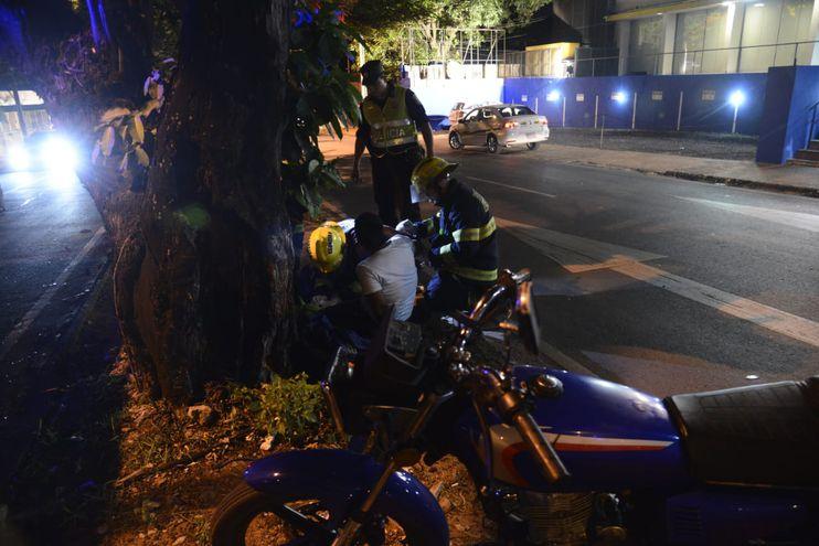Bomberos asisten al conductor de la motocicleta, que quedó tirado en el paseo central.