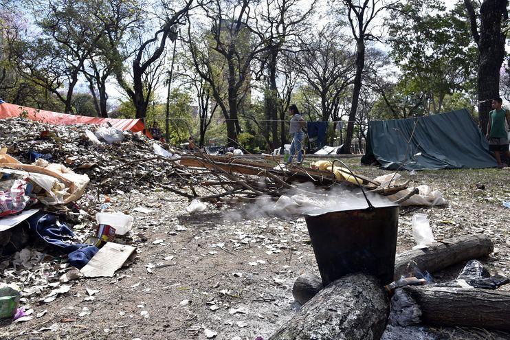La Plaza Uruguaya se convirtió en un campamento de indígenas. El sitio se halla con mucha basura.