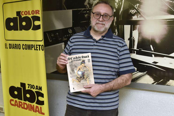 """Roberto Goiriz exhibe el ejemplar de """"El Cabichuí perdido"""" que será presentado hoy en el Cabildo."""