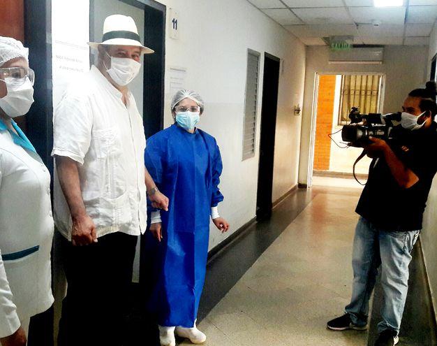 """Luis R. Vera (de sombrero) junto a personal del Hospital de Clínicas durante una de las grabaciones para el documental """"Pandemia.Py Anno 2020"""". Destacó el comportamiento del pueblo paraguayo."""