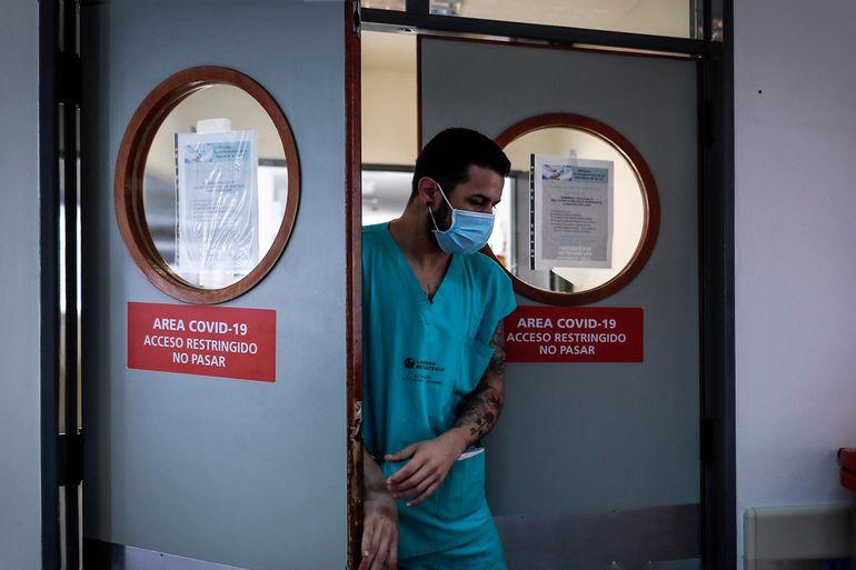 Un médico sale de una zona restringida de un hospital en Buenos Aires, Argentina.